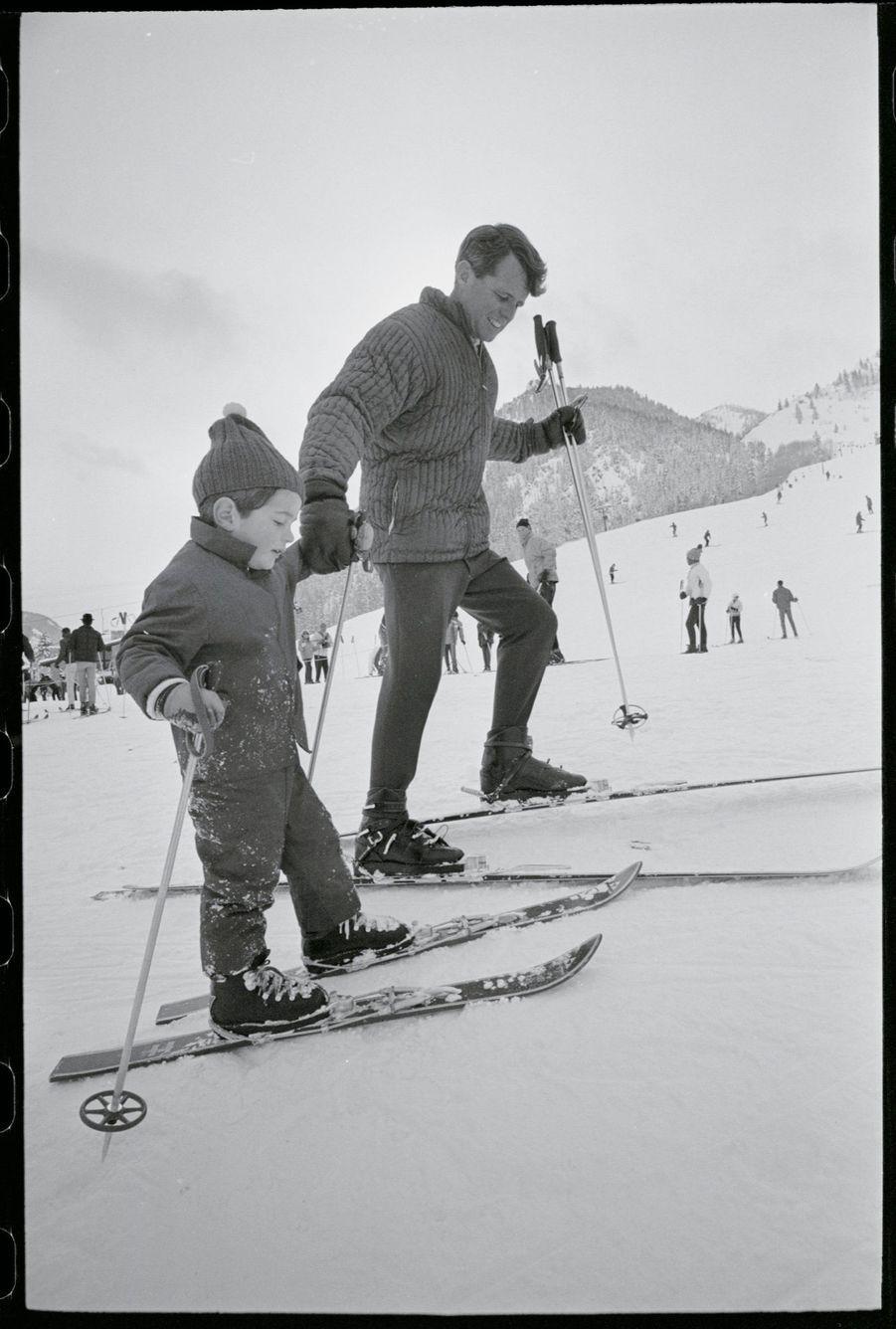 John Kennedy Jr. avec son oncle Robert Kennedy, lors de vacances à Aspen, dans le Colorado, le 31 décembre 1964.