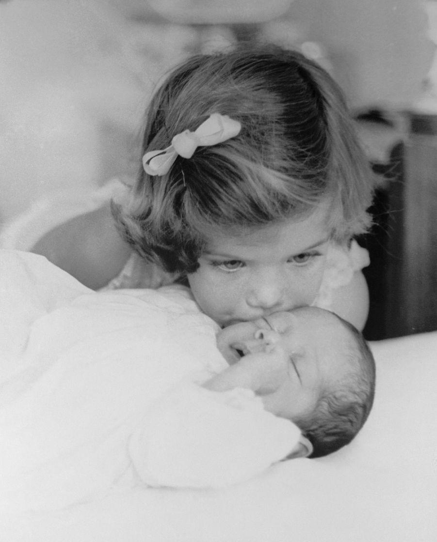 Caroline Kennedy embrasse son frère, John F. Kennedy, Jr., pas encore trois mois, à Palm Beach, en Floride, en février 1961.