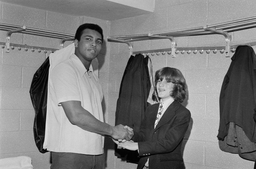 John F. Kennedy Jr. serrant la main de Muhammad Ali, le 28 janvier 1974.