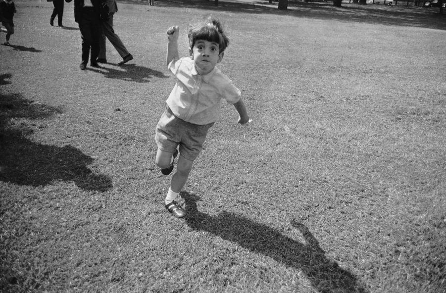John F Kennedy Jr prend en grippe le photographe Albert McCabe du Daily Express, à Londres, le 13 mai 1965.