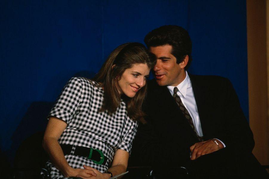John Kennedy, Jr. complice avec sa sœur Caroline à la cérémonie de remise du prix JFK Profile in Courage, en aout 1995.