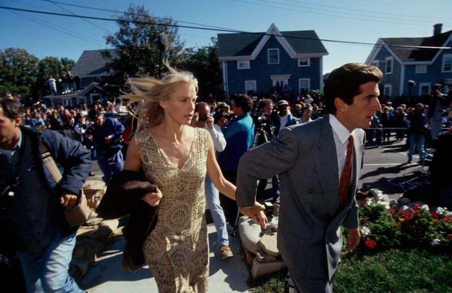 John F. Kennedy, Jr. et sa compagne Daryl Hannah arrivent au mariage de son cousin Edward Kennedy, Jr. à Rhode Island, le 10 octobre 1993.