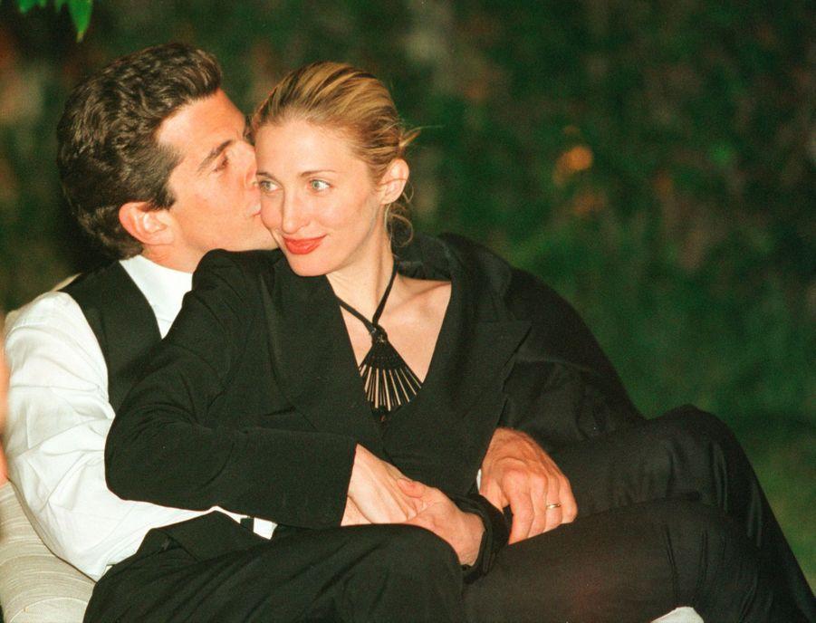 John F. Kennedy Jr. et son épouse Carolyn, lors du dîner annuel des correspondants de la Maison Blanche, le 1er mai 1999 à Washington DC.