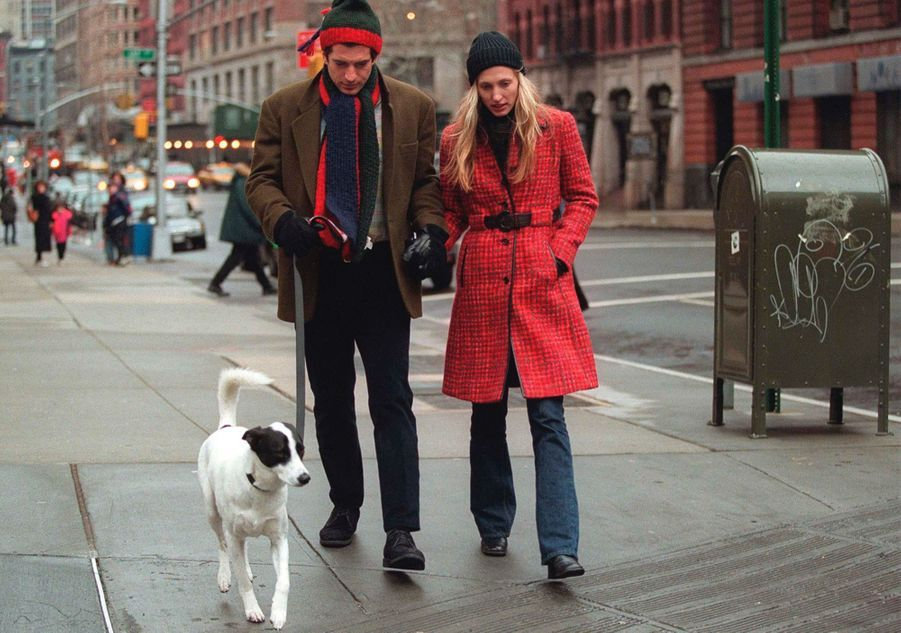 John F. Kennedy Jr. et son épouse Carolyn se promènent avec leur chien le 1er janvier 1997 à New York.
