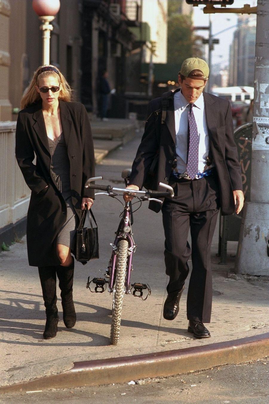 Les jeunes mariés John F Kennedy Jr. et Carolyn Bessette Kennedy à New York, le 23 octobre 1996.
