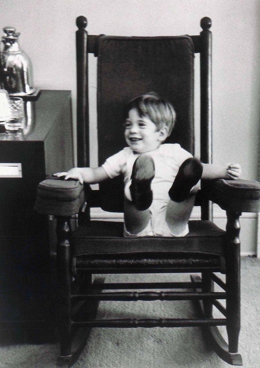 John Kennedy Jr. jouant dans le bureau ovale de la Maison-Blanche, en octobre 1963.