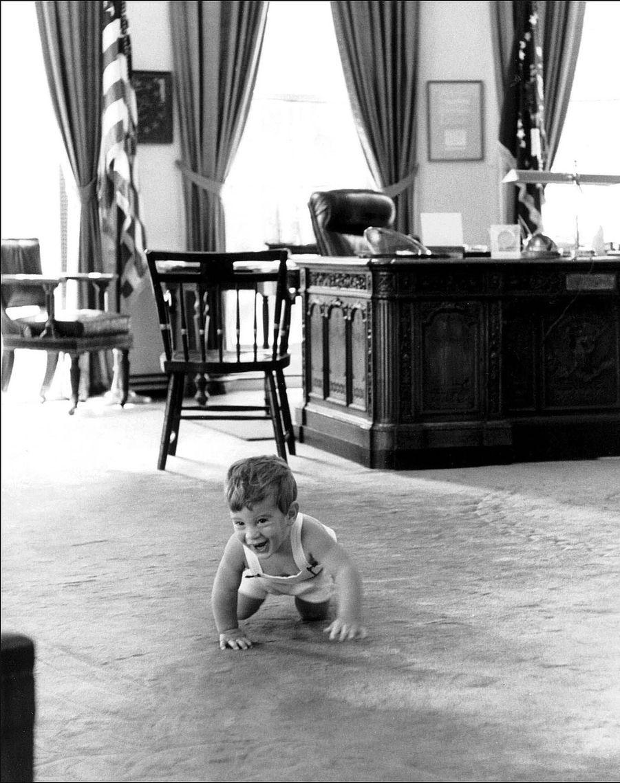 John Jr., âgé de 18 mois, dans le bureau du chef de cabinet de la Maison-Blanche, le 25 mai 1962.
