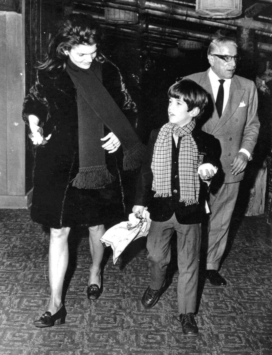 John F. Kennedy jr. et sa mère Jacqueline avec Aristote Onassis, en février 1969.