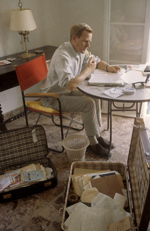 John Le Carré au travail pendant ses vacances en famille sur l'île de Spetses, en Grèce, photographié à l'occasion du premier rendez-vous du romancier britannique avec Paris Match, en octobre 1964.