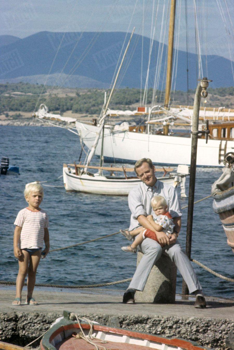John Le Carré avec deux de ses fils sur l'île de Spetses, en Grèce,photographiés à l'occasion du premier rendez-vous du romancier britannique avec Paris Match, en octobre 1964.