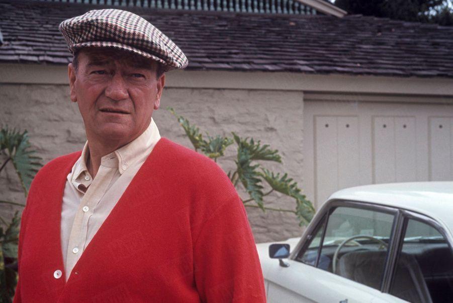 John Wayne devant sa villa, à Newport Beach, Californie, en juin 1967.