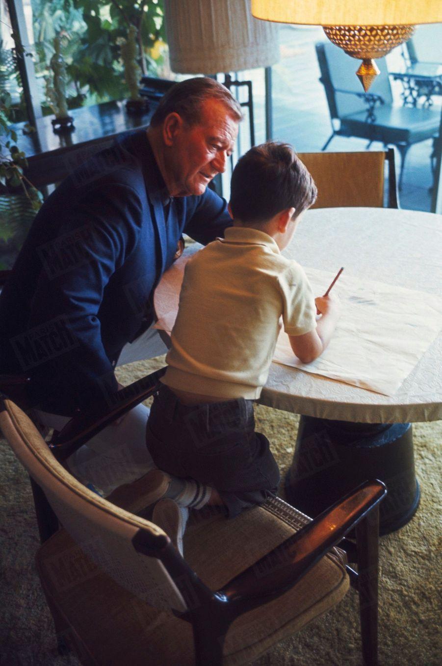 John Wayne avec son fils John Ethan, 7 ans, à Newport Beach, Californie, en juin 1967.