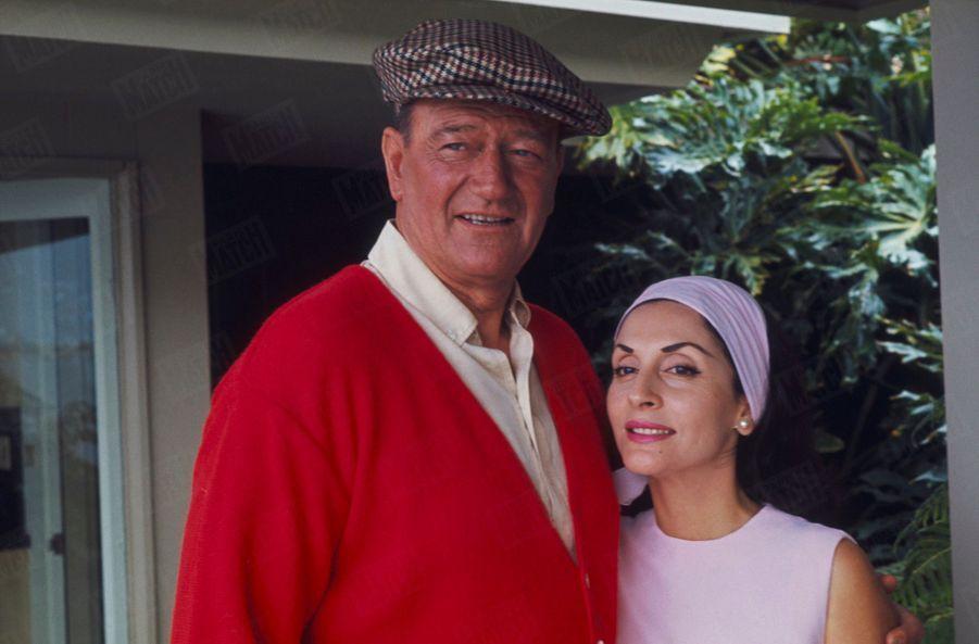 John Wayne chez lui avec son épouse Pilar, à Newport Beach, Californie, en juin 1967.
