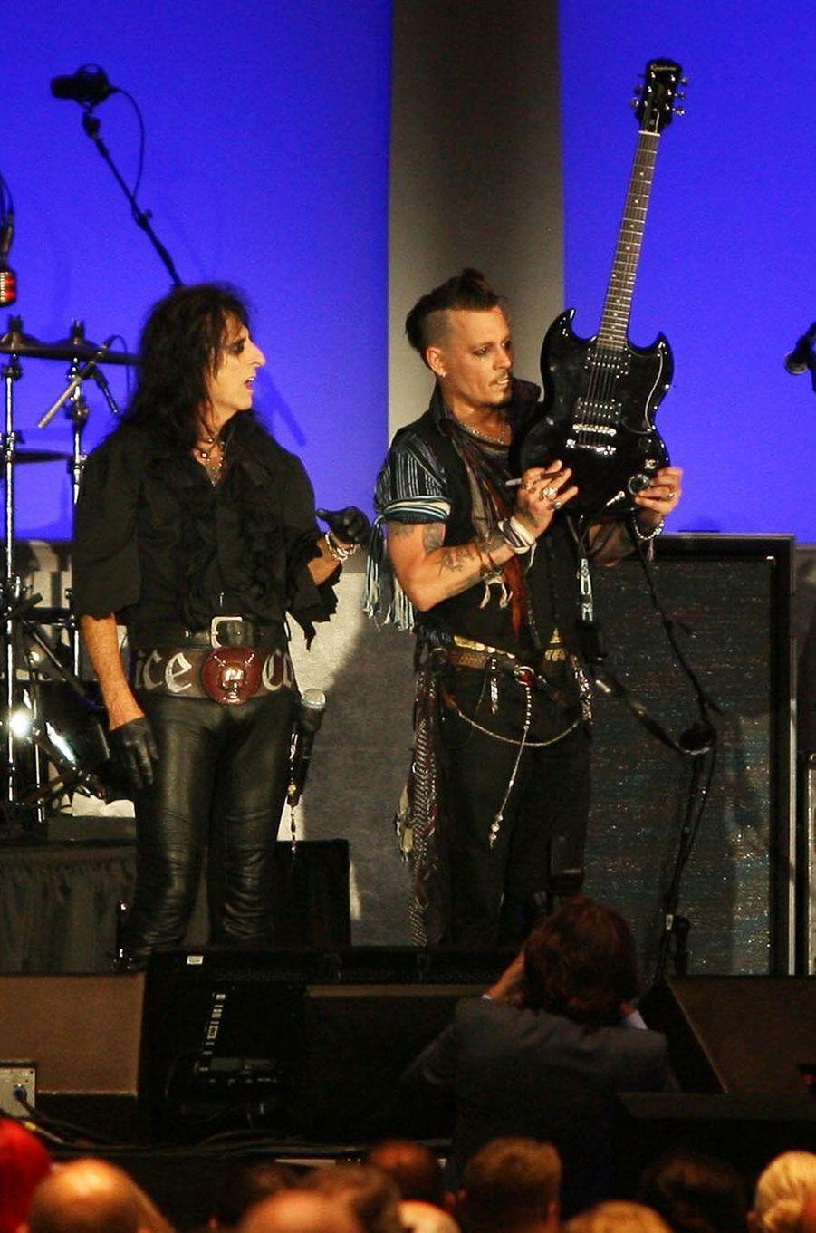 Alice Copper et Johnny Depp mettent leurs guitares aux enchères