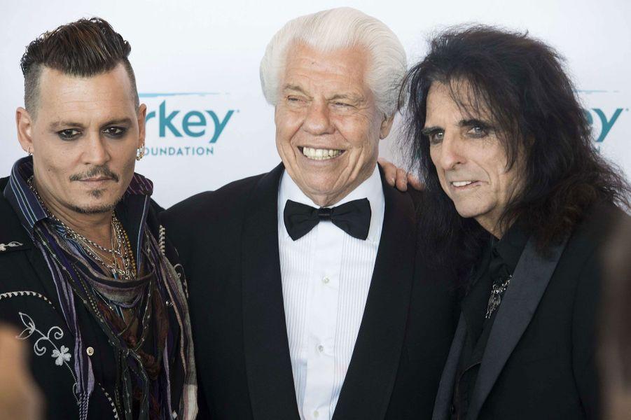 Johnny Depp et Alice Cooper avec le fondateur de l'association Starkey Hearing, William F. Austin