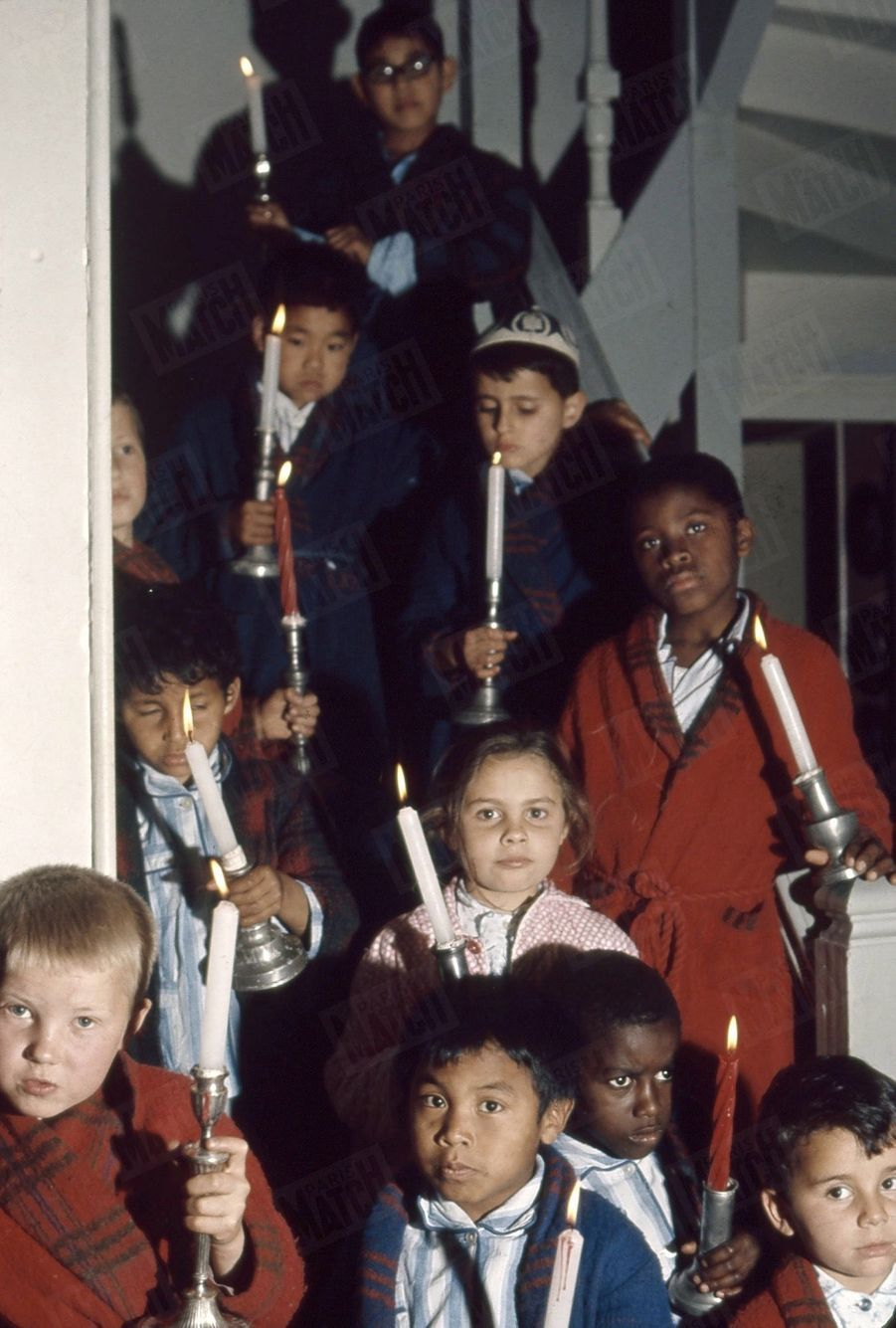 Joséphine Baker entourée de ses enfants, sa« tribu arc-en-ciel »,au Château des Milandes, en 1964.