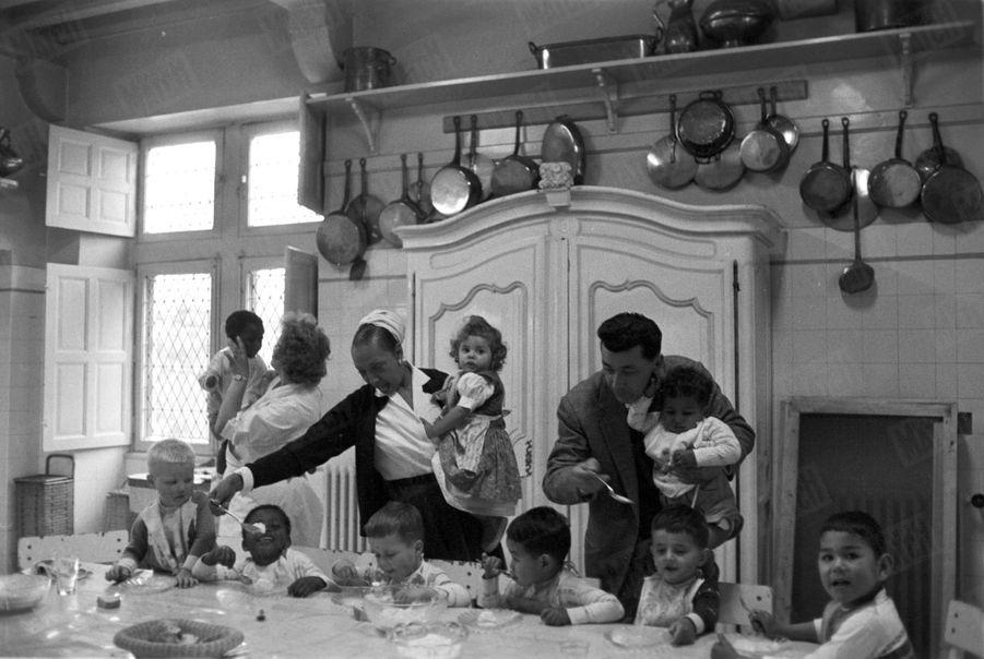 Joséphine Baker et son époux Jo Bouillon avec leurs enfants,avant l'arrivée de Noel, au Château des Milandes, en mai 1958.