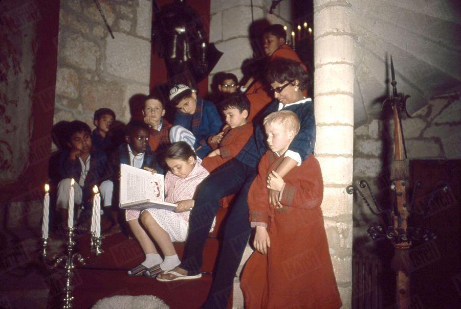 Joséphine Baker entourée de ses enfants, sa« tribu arc-en-ciel », au Château des Milandes, en 1964.