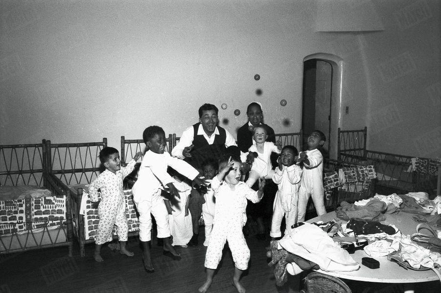 Joséphine Baker et son époux Jo Bouillon avec leurs enfants,avant l'arrivée de Noel,au Château des Milandes, en mai 1958.