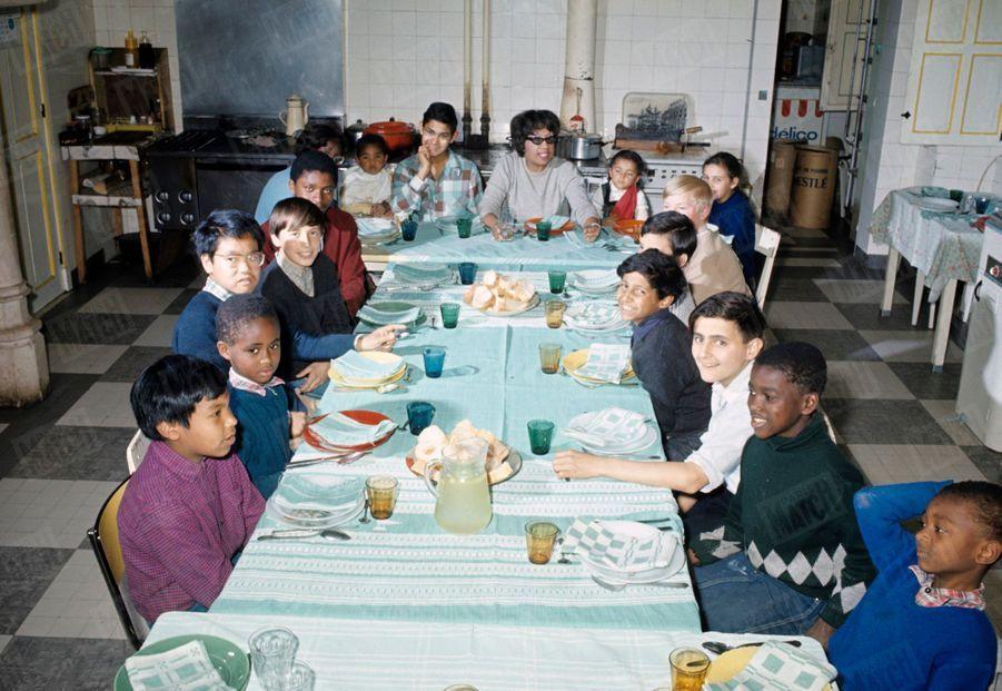 Joséphine Baker entourée de ses enfants, sa« tribu arc-en-ciel »,au Château des Milandes, en 1968.
