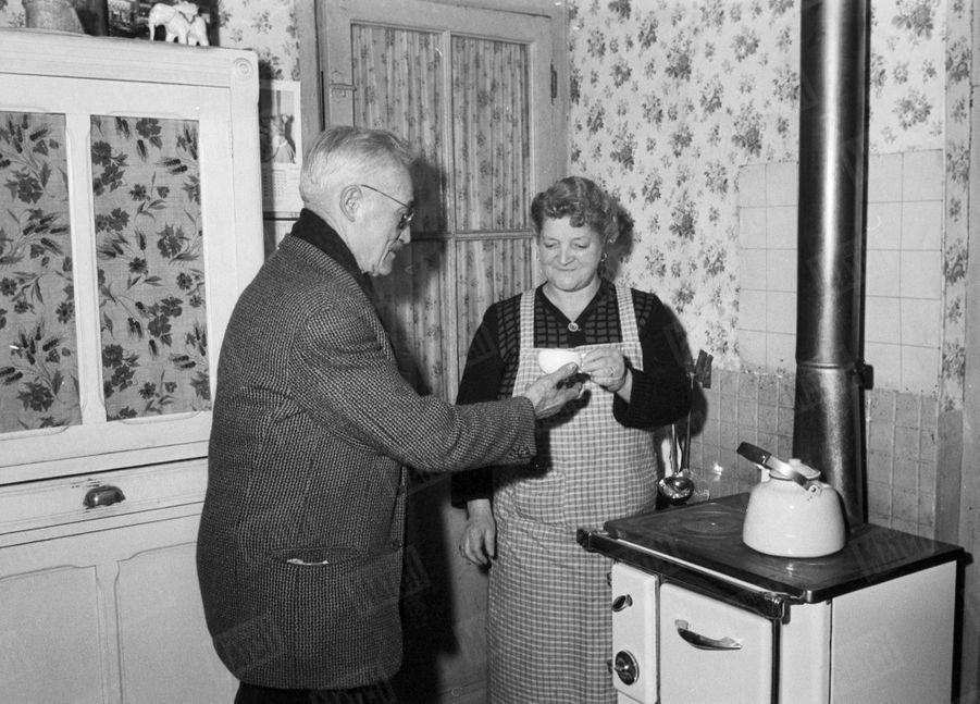 « Pépère », le chiffonnier de Saint Ouen qui avait retrouvé dans une poubelle le bébé adopté parJoséphine Baker en décembre 1959, chez lui avec son épouse.