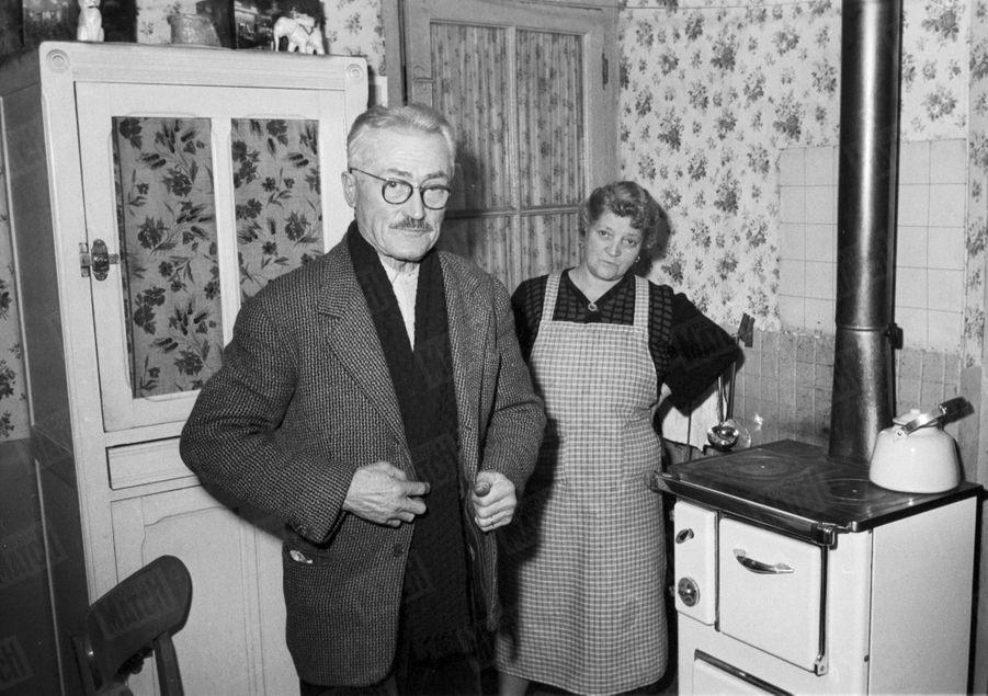 « Pépère », le chiffonnier de Saint Ouen qui avait retrouvé dans une poubelle le bébé adopté parJoséphine Bakeren décembre 1959, chez lui avec son épouse.
