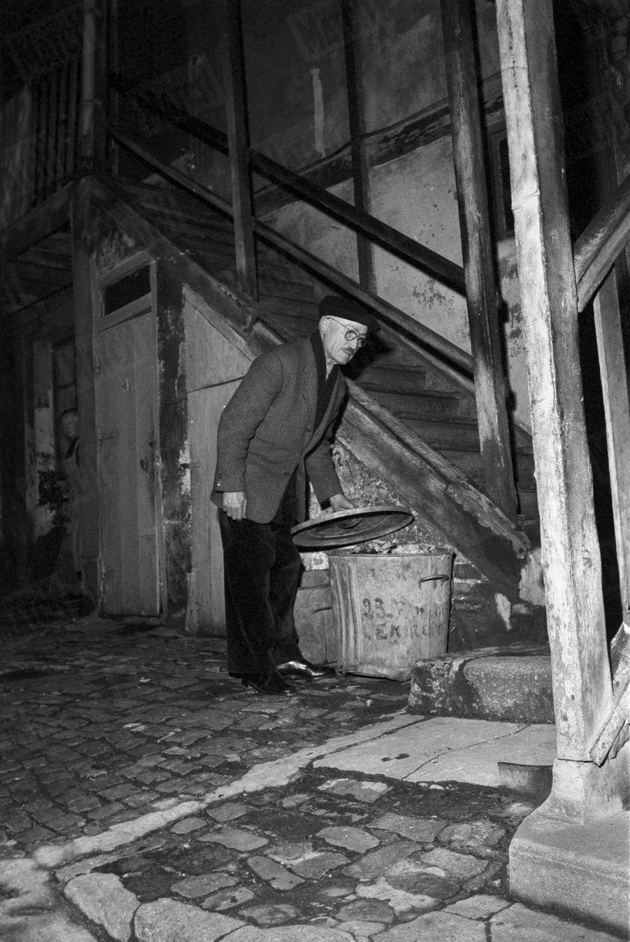 « Pépère », le chiffonnier de Saint Ouen qui avait retrouvé dans une poubelle le bébé adopté parJoséphine Bakeren décembre 1959.