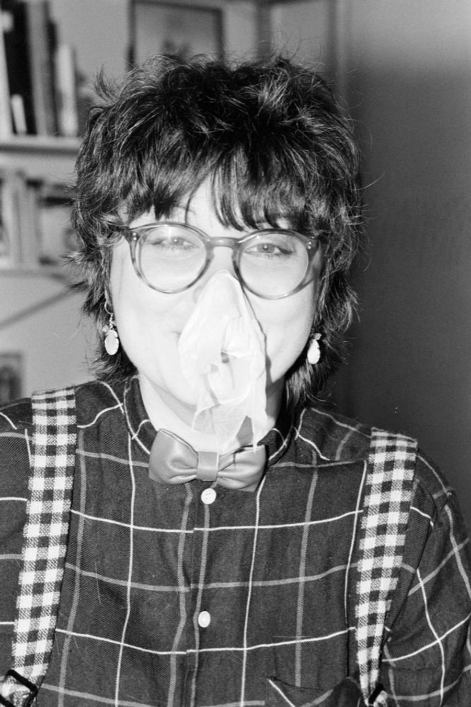 """Josiane Balasko chez elle à Parisle 11 décembre 1981, lors de son premier rendez-vous avec Match à l'occasion de la sortie de son film """"Les hommes préfèrent les grosses""""."""