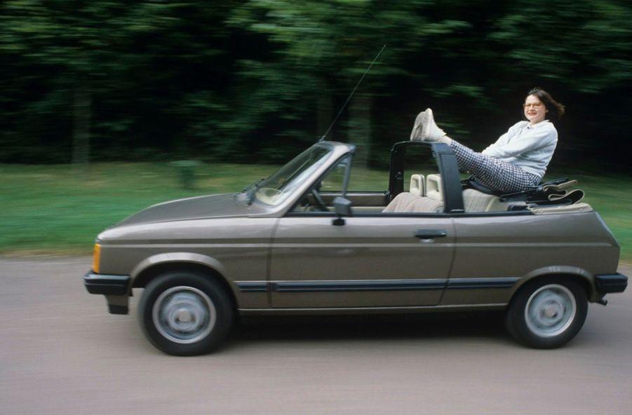 Josiane Balasko lors d'une séance photo consacrée aux nouveautés du 69e salon de l'automobile 1982, présentées par la troupe du Splendid.