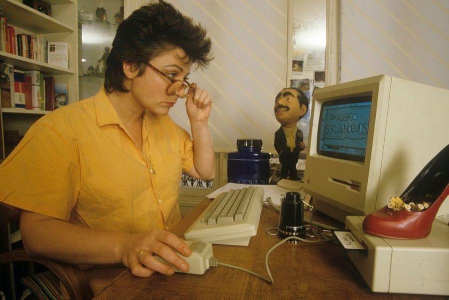 Josiane Balasko devant son ordinateur, le 14 mars 1985.