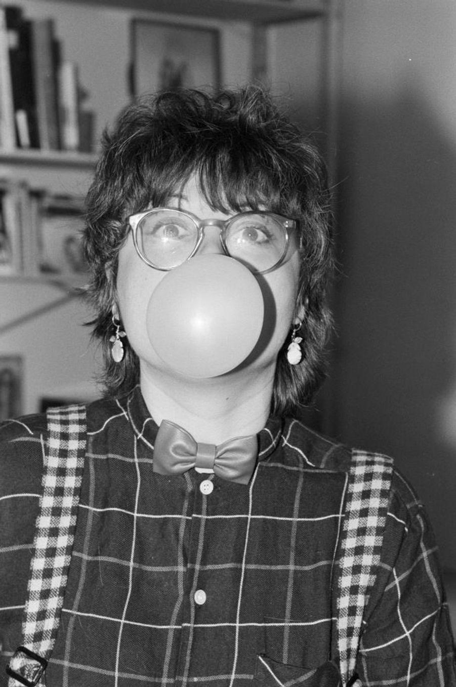 """Josiane Balasko chez elle à Paris le 11 décembre 1981, lors de son premier rendez-vous avec Match à l'occasion de la sortie de son film """"Les hommes préfèrent les grosses""""."""
