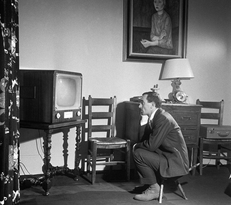 Charles Aznavour posant chez lui, en 1950.