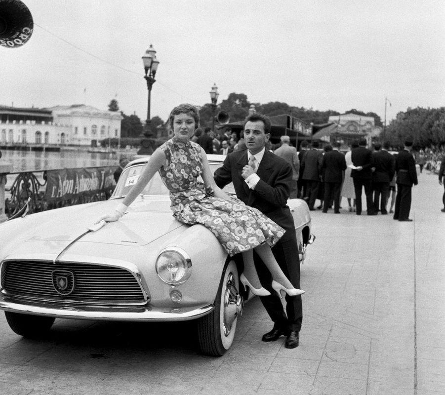 Charles Aznavour avec seconde femme Evelyne Plessis, àEnghien-les-Bains en 1956.