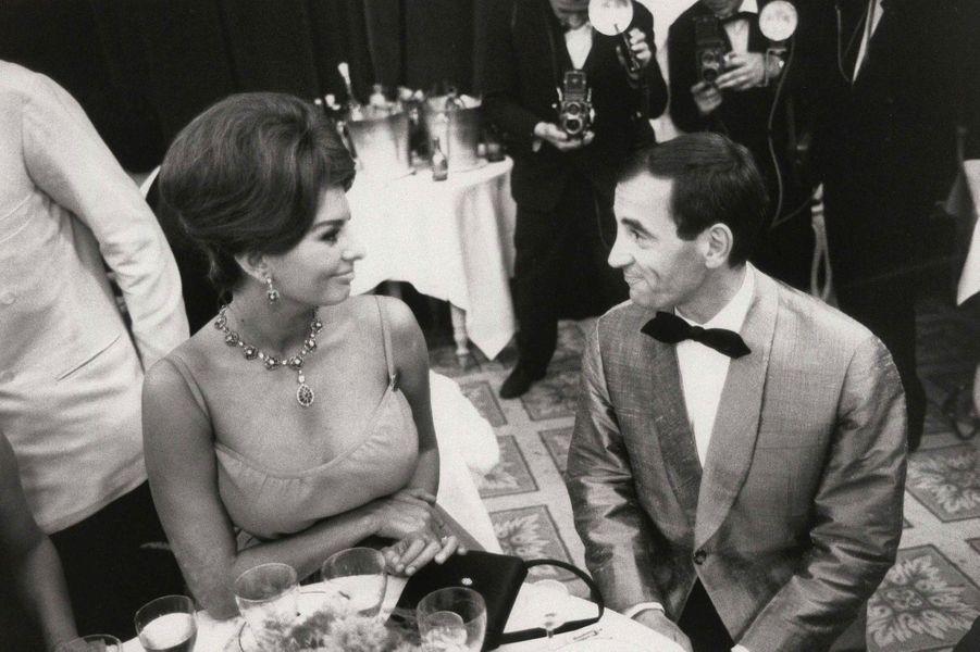 Lors du Festival de Cannes, en 1961, le chanteur discute avec l'actrice italienne Sophia Loren.