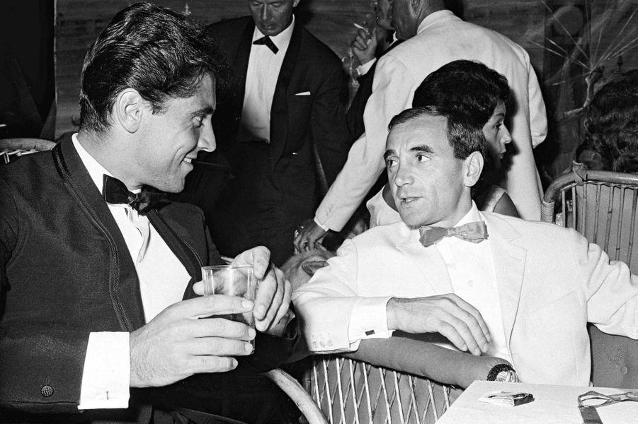 Toujours à la soiréeBarclay-Pacini,Charles Aznavour et Sacha Distel en grande conversation.