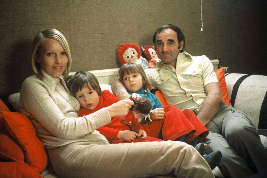 En famille en Suisse en 1974, Charles Aznavour, Ulla et leurs enfants Katia et Misha.