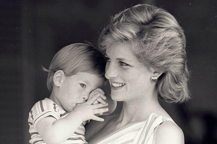 En 1988, dans les bras de sa maman