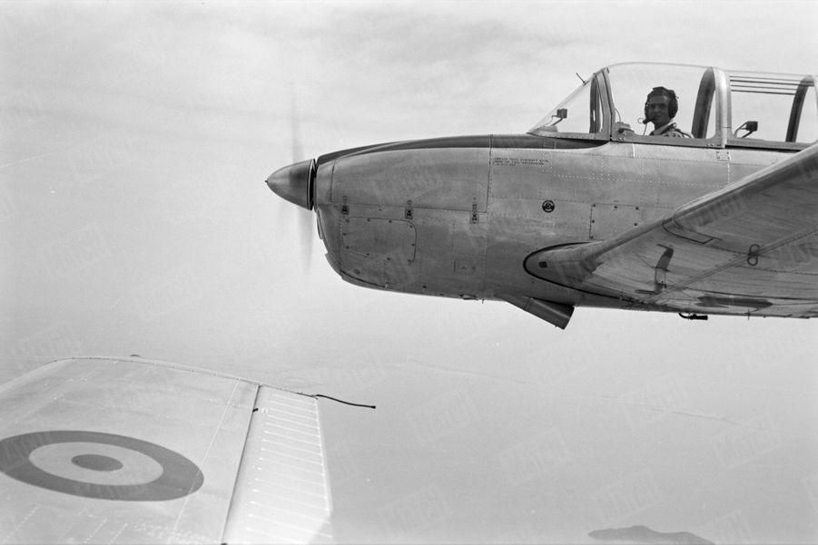 """«Aile contre aile, notre photographe a vu aux commandes de son """"Mentor"""" le prince-pilote aux cent heures de vol.» - Paris Match n°531, 13 juin 1959"""