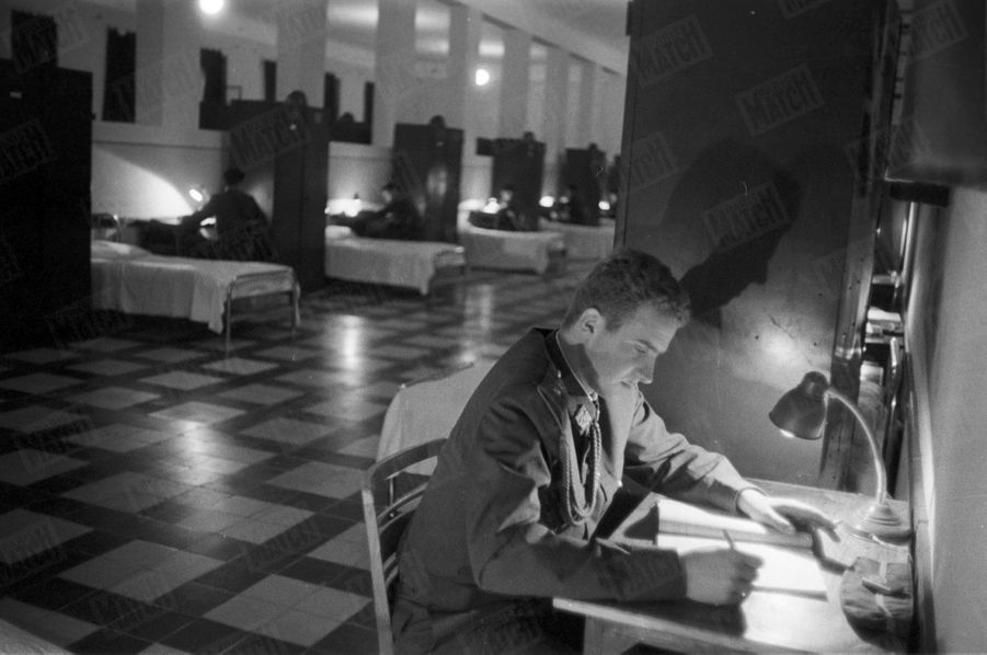 «L'athlète devient le soir un étudiant studieux : ...Le soir, dans le grand dortoir, comme ses trente camarades, il travaille deux heures avant le couvre-feu.» - Paris Match n°531, 13 juin 1959