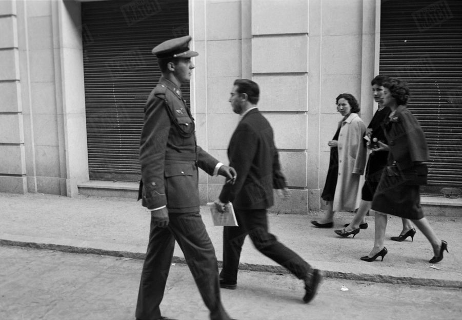 «Dans les rues d'Alicante, un cadet en permission attire tous les regards. C'est don Juan Carlos.» - Paris Match n°531, 13 juin 1959