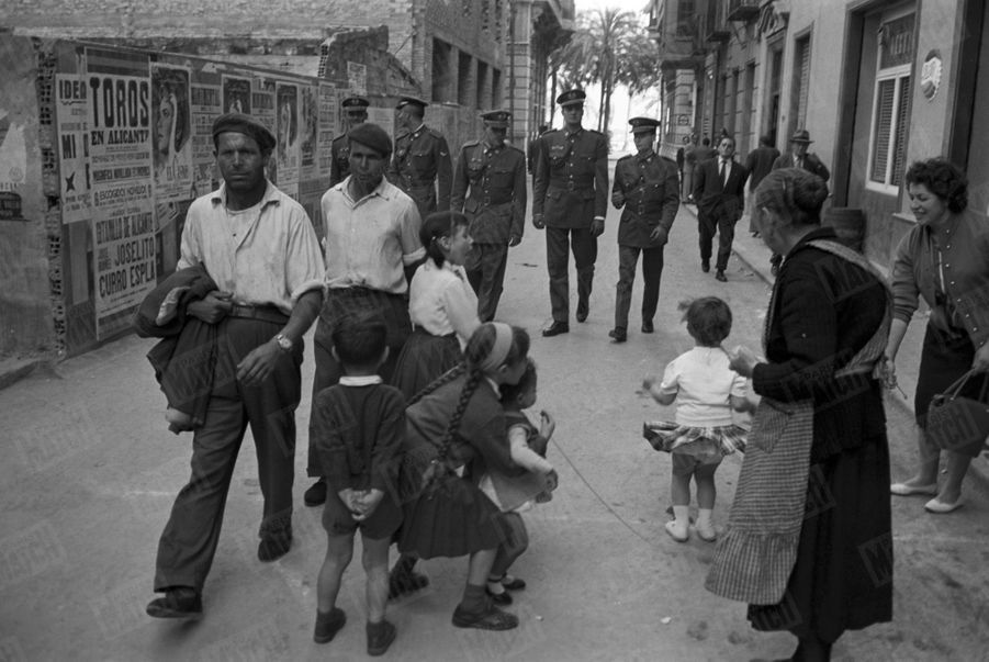 Juan Carlos d'Espagne dans les rues d'Alicante, en 1959.