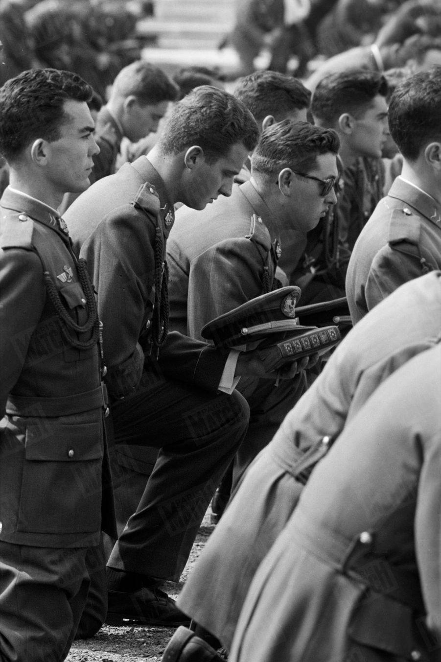 «Missel et casquette à la main, Juan Carlos assiste, avec ses camarades, à la messe du dimanche dans la 'cour d'armes'» - Paris Match n°531, 13 juin 1959