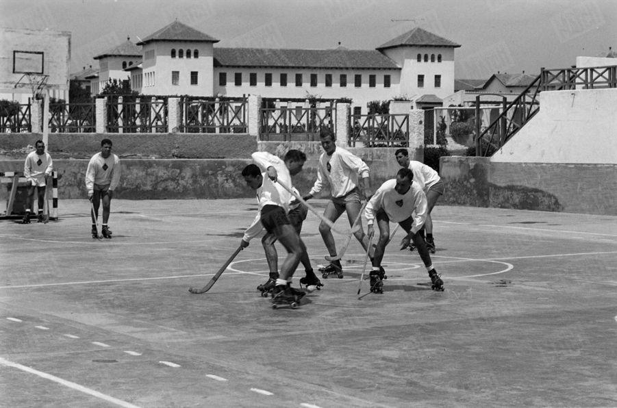 «L'athlète devient le soir un étudiant studieux :Le matin, sur le stade, Juan Carlos (1 m 87) est la vedette de l'équipe de hockey sur patins à roulettes...» - Paris Match n°531, 13 juin 1959
