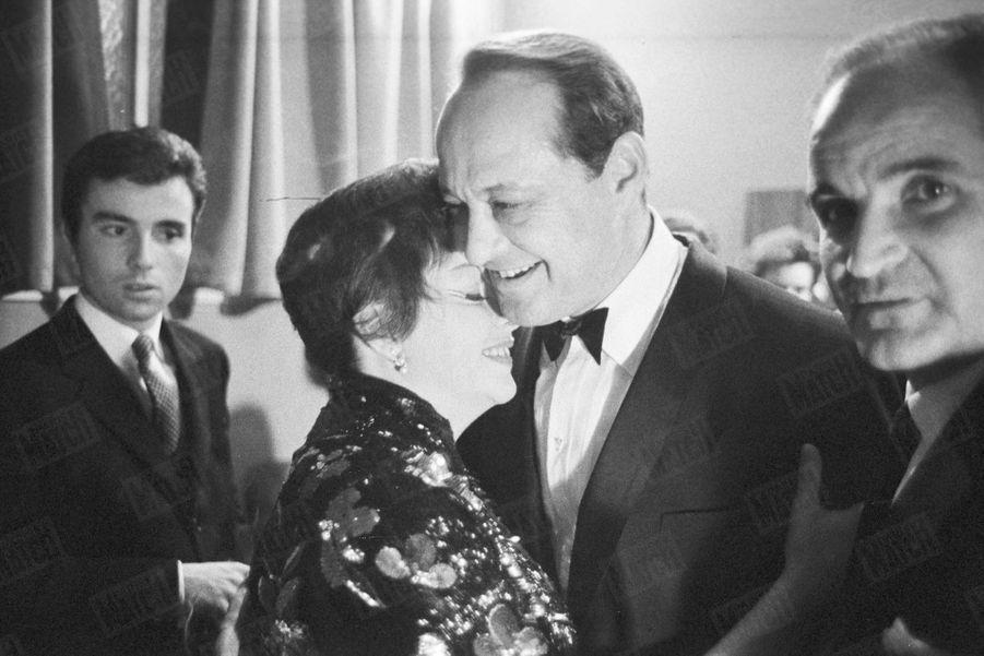 Judy Garland au Palais de Chaillot en octobre 1960. L'actrice dans les bras de son mariSidney Luft après le spectacle.