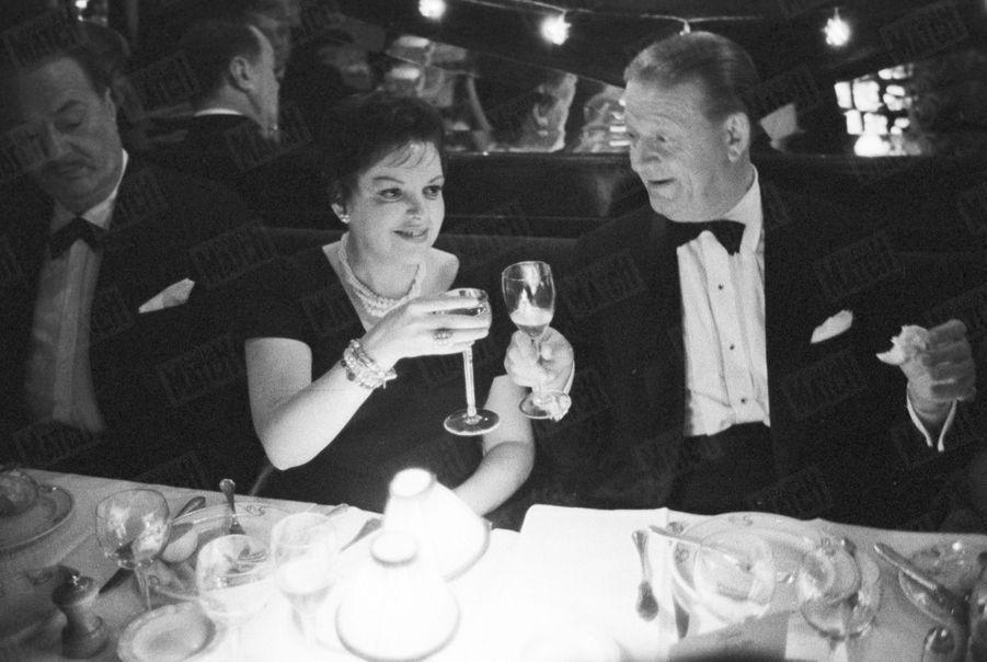 Judy Garland au Palais de Chaillot en octobre 1960.L'actrice fête son succès au restaurant...