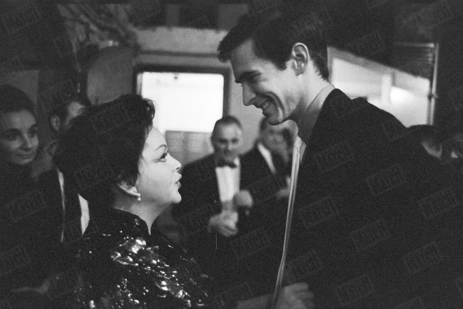 Judy Garland au Palais de Chaillot en octobre 1960.L'actrice félicitée par Anthony Perkins après le spectacle.