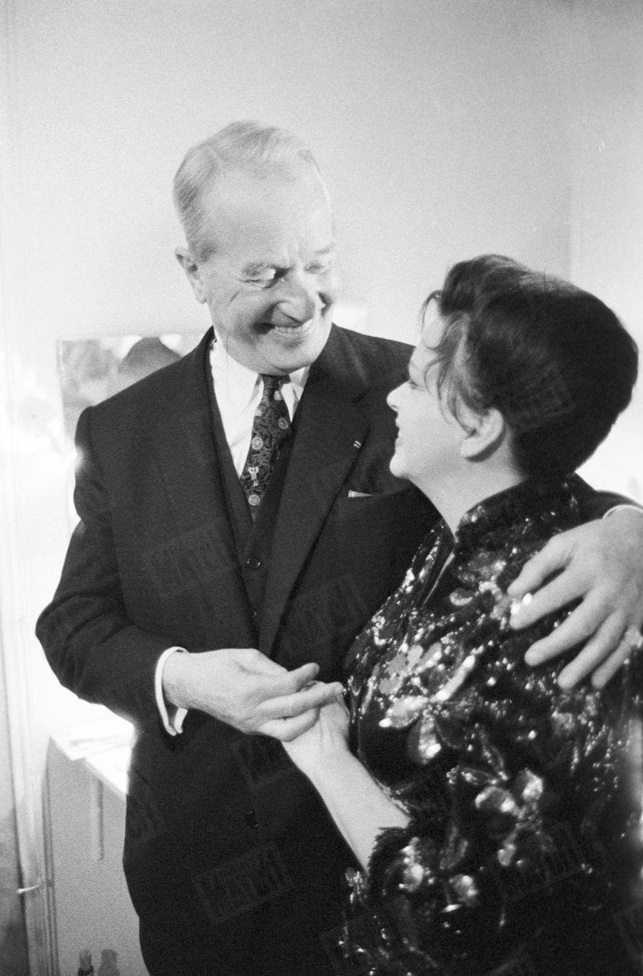 Judy Garland au Palais de Chaillot en octobre 1960.L'actrice félicitée par Maurice Chevalier après le spectacle.