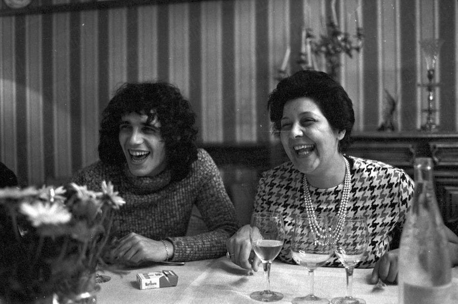 « Julien Clerc avec sa maman, venue le rejoindre trois jours. » - Paris Match n°1196, 8 avril 1972
