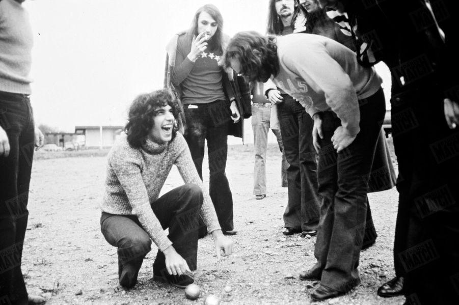 « Julien Clerc, entre deux étapes, pétanques avec ses musiciens. » - Paris Match n°1196, 8 avril 1972