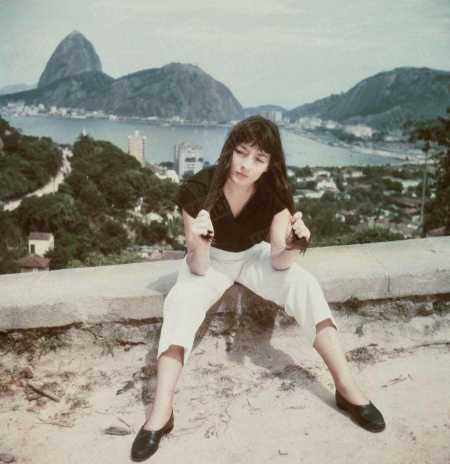 """Juliette Gréco posant devant la baie de Rio et son fameux Pain de Sucre, avant son tour de chant au cabaret """"La Vogue"""" en janvier 1951."""